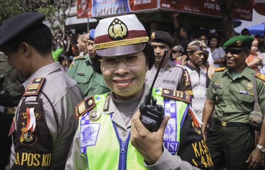 bali-ubud-policelady-1